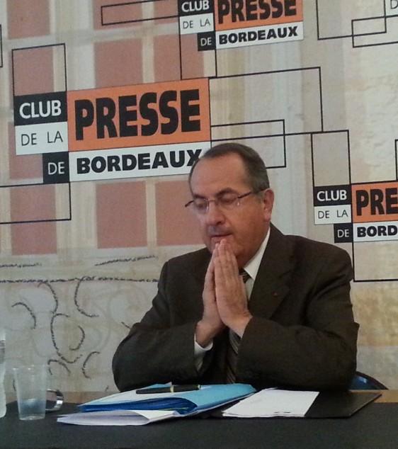 Un moment de concentration (ou de prière ? ) du Préfet Michel Delpuech avant  de répondre à InfoBassin