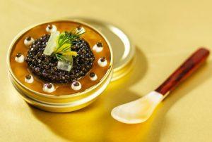 Boite de caviar d'Aquitaine Anguille fumée, citron jaune, croquant de concombre, crème acidulée