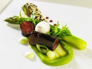 Thon rouge et foie gras Chlorophylle de petits pois et gingembre sésame torréfié et asperges vertes