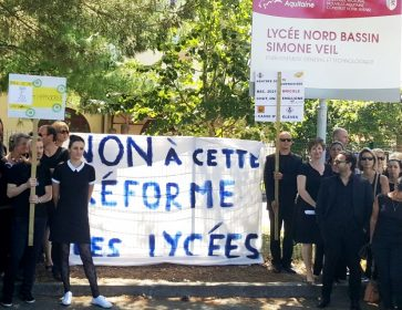 manif lycee andernos groupe et panneau central. 2