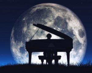 un piano dans la nuit
